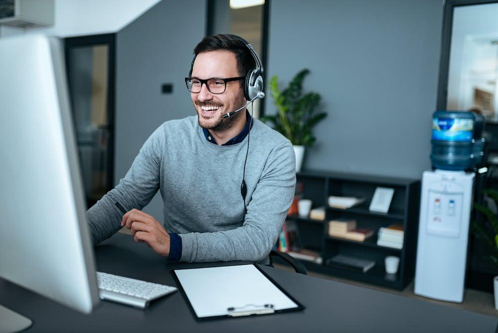 obsługa klienta - zadowolony pracownik